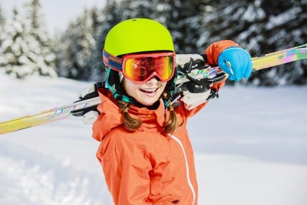lyžování, zimní sporty, bezpečnost při sportu, helma na lyžování