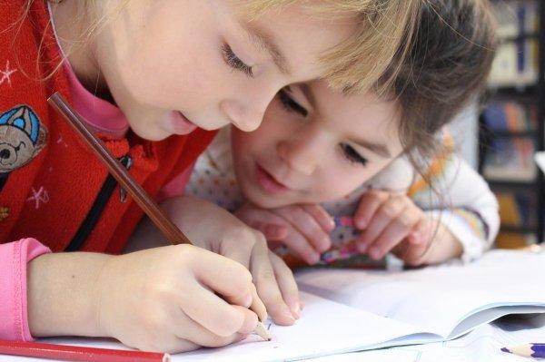 děti, škola, sezení, problémy s páteří u malých dětí, pohyb