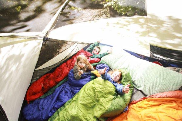 děti, cestování, stanování, turistika, spacák, karimatka