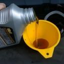 Jak dát do sekačky olej