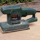 Jak vibrační bruskou brousit dřevo