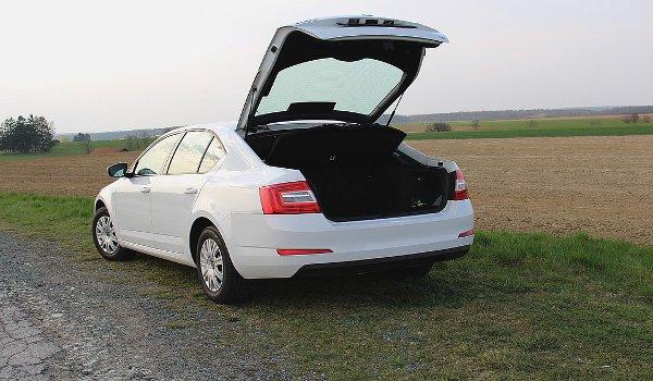 auto, cestování, jízda s plně naloženým autem