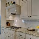 Kuchyňská linka na soklu, na nožičkách nebo raději zvolit závěsný systém?