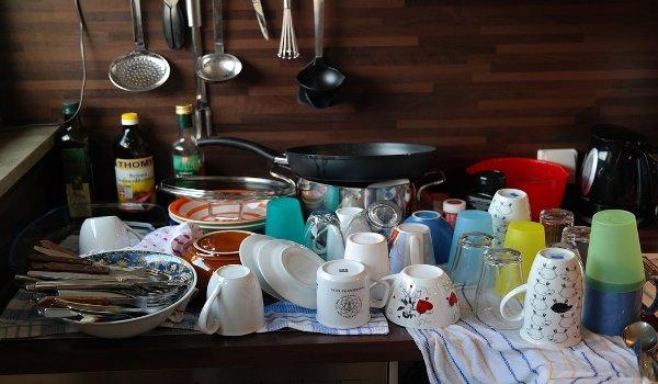 mytí nádobí, péče o domácnost, muži , ženy, pomoc mužů v domácnosti