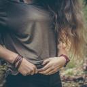 Muži ocení spíše menší a pevná prsa, než velká a povislá