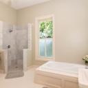 Okno v koupelně má své nesporné designové i praktické výhody
