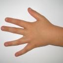Okusování nehtů u dětí je nebezpečné a je třeba mu věnovat pozornost