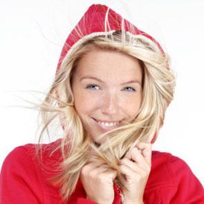 V zimě platí pravidlo - méně je více - dvojnásob. Vlasy si myjte maximálně  dva až třikrát týdně. Používejte šampony s obsahem heny 5ea229ab33b