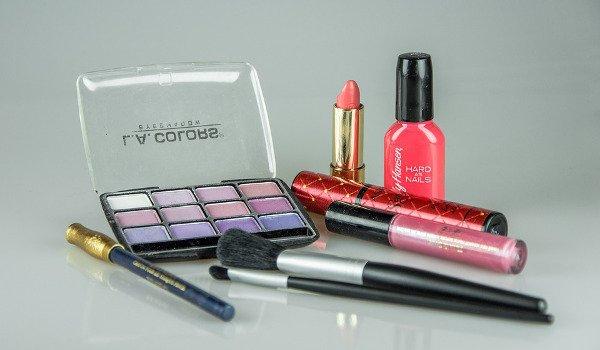 ženy, líčení, pravidla líčení, krása, dekorativní kosmetika, řasenka, pudr, make-up, rtěnka