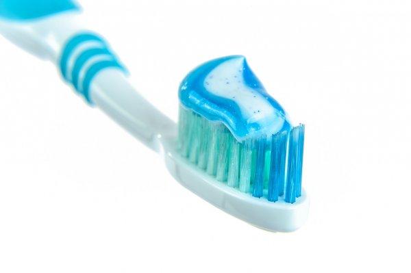 kartáček na zuby, chemie, přírodní kosmetika, zdraví