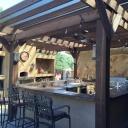 Venkovní kuchyň a trend stolování pod širým nebem