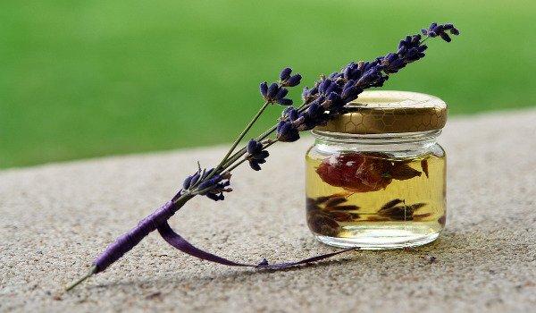 péče o tělo, levandulový olej, zápach nohou, přírodní prostředky k odstranění zápachu nohou